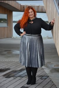 """Masser af """"swing"""" i nederdelen - kombineret med sort bluse"""