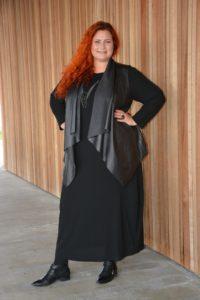 Her den lange kjole med rå vest fra Qúe over